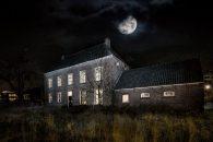 Sommigen zouden niet durven te overnachten is een oud huis, laat staan een huis waar het mogelijk spookt. Het spookhuis van Johan Vlemmix opent haar deuren voor Halloween